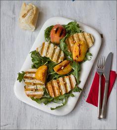 Sommersalat mit Halloumi-Chips und gegrillten Pfirsichen