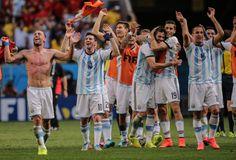 """Auf Kurs: Argentinien steht erstmals seit 1990 im Halbfinale der Fußball-WM. Die """"Albiceleste"""" setzte sich im Viertelfinale in Brasilia gegen Belgien 1:0 (1:0) durch und bedankte sich nach dem Spiel bei den vielen Fans im Stadion. Mehr Bilder des Tages auf: http://www.nachrichten.at/nachrichten/bilder_des_tages/cme10133,1093102 (Bild: GEPA)"""