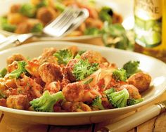 Penne rigate met tomatensaus, gehaktballetjes en broccoli
