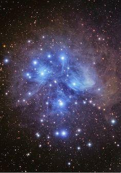 O aglomerado estelar das Plêiades, também conhecido como M45 ou as Sete Irmãs, fica a 410 anos-luz da Terra, na constelação de Touro.