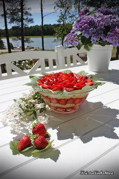 Kristallin hohtoa: Helppo kulhokakku Strawberry, Baking, Fruit, Food, Bakken, Essen, Strawberry Fruit, Meals, Backen