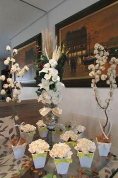 lindo kit valor R$ 445,90 cor champagne e fita amarelo-bebê corresponde ao seguinte:  -10 vasinhos MDF branco, centro de mesa convidados com 6 rosas, vasinho mede 11x11 alt. 17 cm. - lacinho channel amarelo-bebê  -1 arranjo na taça de vidro com pérolas e flores secas desidratadas, juntamente com rosas em e.v.a cor champagne e folhagens verdes desidratadas, alt. do arranjo 70 cm.alt.  -2 mini-árvores francesas cor champagne alt. 50 cm. vaso branco MF  E.V.A. material perfeito pois imita o ...