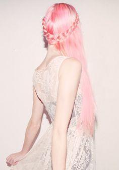 Noivas com cabelos coloridos Cabelos coloridos de tons não convencionais estão literalmente fazendo a cabeça de muitas mulheres atualmente, os tons fantasia como são conhecidos, criam um visual único e lindo, um tanto lúdico e muito irreverente, ent...