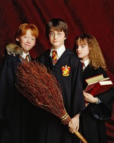Harry, Ron and Hermione / Daniel Radcliffe, Rupert Grint, and Emma Watson in Harry Potter and the Philosopher's Stone Fantasia Harry Potter, Magie Harry Potter, Cumpleaños Harry Potter, Harry And Hermione, Harry Potter Birthday, Harry Potter Characters, Harry Potter Universal, Harry Potter Friends, Daniel Radcliffe Harry Potter
