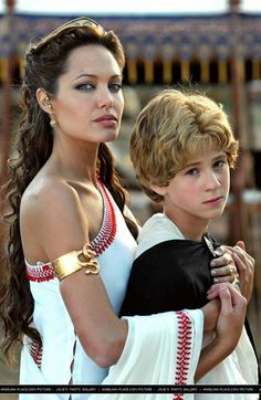 Young Alexander looks just exaclty like Colin farell. Great Casting Choices!