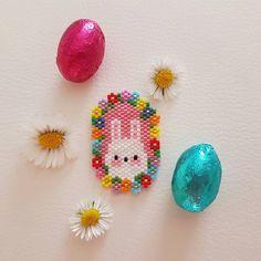 Cute bunny for Easter beading pattern Bead Crochet Patterns, Beaded Bracelet Patterns, Peyote Patterns, Beading Patterns, Seed Bead Jewelry, Bead Jewellery, Art Perle, Native Beadwork, Peyote Beading
