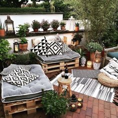 Wondering how to design a backyard on a budget? We've got you covered! From homemade fire pits to decorative garden trellises, these awesome DIY backyard ideas will give your outdoor living space the ultimate makeover! Small Balcony Decor, Small Patio, Balcony Decoration, Cheap Backyard Makeover Ideas, Patio Ideas, Diy Patio, Narrow Backyard Ideas, Terrace Ideas, Small Backyard Design