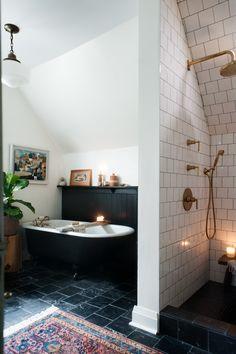 Clawfoot Tub Bathroom, Tub Tile, Tub And Tile Paint, Bathroom Rugs, Black Tub, Black And Gold Bathroom, Victorian Tiles Bathroom, Victoria House, Bathroom Inspiration