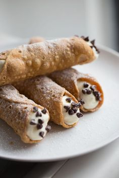 Easy Cannoli Recipe from Lauren's Latest. This dessert recipe is way easier then you think and tastes amazing! Easy Cannoli Recipe from Lauren's Latest. This dessert recipe is way easier then you think and tastes amazing! Valentine Desserts, Cannoli Recipe Easy, Canolli Recipe, Cannoli Recipe Without Wine, Tasty Vegetarian, Queso Ricotta, Tiramisu Dessert, Cannoli Dessert, Lauren's Latest