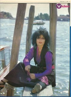 Siouxsie on the set of Dear Prudence Siouxsie Sioux, Siouxsie & The Banshees, Goth Music, Indie Music, Goth Bands, 80s Goth, Women Of Rock, Special Pictures, Riot Grrrl