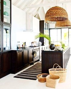 If you haven't had a chance to check out my latest blog post, I'm sharing some of my favorite island inspired spaces + sale picks!  Aren't these pendants incredible?! I love the warm wood tones against this black + white kitchen 🖤 image via The Little Corner