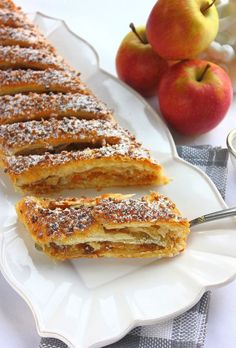 """Apfelstrudel - Voici l'un des desserts les plus réputés d' Autriche """" L'Apfelstrudel """". C'est un délicieux gâteau fait avec une pâte feuilletée fine, ou de pâte filo ou bien encore de pâte brisée. Fourré d'une garniture à base de pommes, de raisins, d'amandes et de cannelle, c'est un gâteau très facile à réaliser et tellement bon, qu'il serait vraiment dommage de s'en priver !"""
