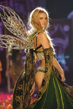 20 of the Most Memorable Victoria's Secret Runway Looks of All Time Ahead of the 2015 Victoria's Secret Fashion Show, check out 20 looks from its history. Victoria Secrets, Victoria Secret Wings, Victorias Secret Models, Victoria Secret Fashion Show, Look Fashion, Runway Fashion, Fashion Models, Fashion Outfits, Asian Fashion