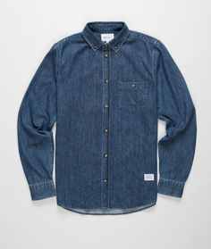 The regular fit Anton Denim Shirt comes in a rinsed indigo finish. Features genuine horn buttons, triple needle stitching at the shoulders and a button down collar and chest pocket.