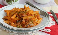 La pasta alla boscaiola è un primo piatto molto saporito a base di funghi, piselli, panna e pancetta. Facile da fare, mette tutti d'accordo.