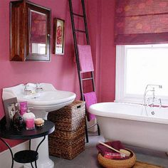 Bathroom with pink walls, blind and white suite Bad Inspiration, Bathroom Inspiration, Interior Exterior, Luxury Interior, Bathroom Colors, Small Bathroom, Bright Bathrooms, Bathroom Pink, Bathroom Bath