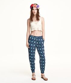 Pants in woven fabric with a printed pattern. Elasticized drawstring waistband, side pockets, and smocking at hems.
