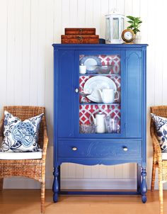 Blue cabinet with red and white wallpapered interior, white beadboard walls, rattan chairs with blue and white patterned pillows Refurbished Furniture, Paint Furniture, Furniture Makeover, Unique Home Decor, Diy Home Decor, Vaisseliers Vintage, White Beadboard, Blue Cabinets, Country Furniture