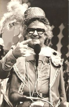 """Chacrinha - Abelardo Barbosa, foi um comunicador de rádio e televisão no Brasil, como apresentador de programas de auditório, enorme sucesso dos anos 1950 aos 1980. Foi o autor da célebre frase: """"Na televisão, nada se cria, tudo se copia"""". Em seus programas de televisão, foram revelados para o país inteiro nomes como Roberto Carlos, Raul Seixas, entre muitos outros."""