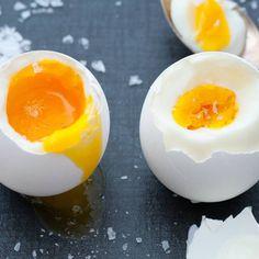 Eier kochen ist eine Wissenschaft für sich: Nicht nur, dass jeder sein Ei anders mag, auch die Größe des Frühstückseis hat einen Einfluss auf die Garzeit. Wir verraten, wie es gelingt.