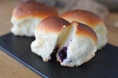 Jagodzianki - polnische Blaubeerbrötchen, ein gutes Rezept aus der Kategorie Fingerfood. Bewertungen: 7. Durchschnitt: Ø 4,3.