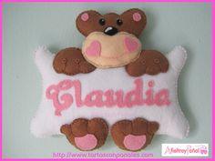Cartel oso con nombre Claudia, en tonos rosas realizado en fieltro y cosido a…