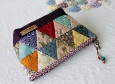 Havlu keçe kapı süsü bebek şekerleri ve çeşitli el işlemeleriyle ilgili bir blog Pouch Bag, Pouches, Zipper Pouch, Zipper Bags, Fabric Bags, Patchwork Ideas, Patchwork Bags, Triangle Bag, Quilt Bag