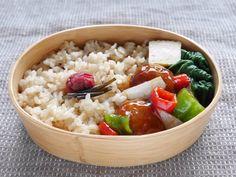 玄米ご飯160g、梅干、昆布佃煮、出汁巻き玉子、小松菜塩茹で、肉団子甘酢餡