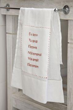 Alfaias: Toalha de lavabo Eu Amo em linho bordada à mão.