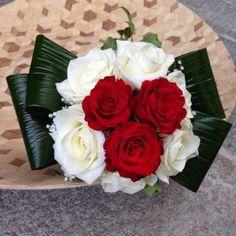 bouquet rose bianche e rosse per un matrimonio chic bianco e rosso
