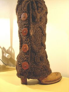 Bulky Cabled Legwarmers with Buttons #pattern