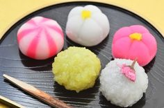 Have you ever wondered what to take home as a Japanese souvenir? Here's a list of 30 Japanese things, including food, traditional crafts, practical everyday items, and fun stuff! Look through the list and look for one that best suits you or the person you are planning to give the souvenir to!