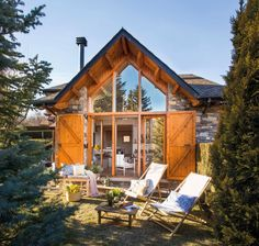 A house in the mountains is a real dream, especially for those who live in the city all the time. At least, a small cozy cottage, just like this Spanish ✌Pufikhomes - source of home inspiration Wooden Cottage, Cozy Cottage, Cottage Homes, Porches, Chalet Style, Garden Buildings, Mountain Homes, Design Case, Style At Home