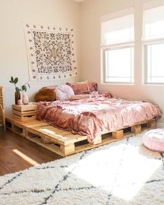 Pallet beds are of great interest because they are useful, long-lasting and suitable for every style. Here are the beautiful pallet bed ideas. Wood Pallet Beds, Pallet Bed Frames, Diy Pallet Bed, Pallet Bedroom Furniture, Wood Bedroom, Urban Bedroom, Furniture Design, Beds On Pallets, Pallet Room