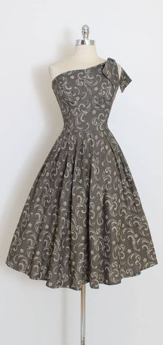 ➳ vintage 1950s dress * gorgeous chambray cotton dress * gunmetal gray with white painted stencil print * one shoulder with tie * bodice lined in cotton * metal back zipper condition   excellent fits like xs/s length 45 bodice 17 bust 34 waist 26 ➳ shop http://www.etsy.com/shop/millstreetvintage?ref=si_shop ➳ shop policies http://www.etsy.com/shop/millstreetvintage/policy twitter   MillStVintage facebook   millstreetvintage instagram... Vintage 1950s Dresses, Robes Vintage, Vintage Outfits, Fashion Moda, Retro Fashion, Vintage Fashion, Pretty Outfits, Beautiful Outfits, Pretty Dresses