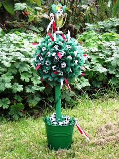 Chocolate football sweet tree, a perfect gift for sports lovers! Little Crafty Bugs, Chocolate Footballs, Sweet Trees, Chocolate Bouquet, Candy Bouquet, Adult Crafts, Tree Crafts, How To Make Chocolate, Making Ideas