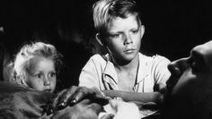 """""""VERBOTENE SPIELE"""" von René Clements (1952): """"Krieg""""+""""Friedhof"""" spielt die kleine Paulette mit ihrem Freund Michel. Clements schildert schonungslos das Leben der Kinder + den Verlust der Unschuld in den Jahren des 2.Weltkriegs. Der Film wurde mit dem Goldenen Löwen + dem Oscar als bester fremdsprachiger ausgezeichnet. 26. April/22.30 - 3Sat Themenwoche DER KRIEG MIT DEN AUGEN DER KINDER (26-30 April '15) - Dokumentationen + Spielfilme über Kinder und ihre Erlebnisse in den Kriegsjahren"""
