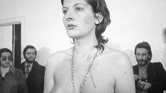 """1974-""""Rhythm O"""" - Galería Studio Morra de Nápoles (Italia) -artista Marina Abramovic de 28 años-  El principio era muy simple: en el estudio, la artista está de pie, inmóvil. Sobre una mesa hay 72 objetos divididos en 2 categorías.  """"objetos de placer"""" (flores, plumas, perfume, vino, pan, uvas) y  """"objetos de destrucción"""" (cuchillo, tijeras, barras de hierro, hojas de afeitar y hasta una pistola con un cartucho) """"Pueden hacerme lo que quieran"""". """"Soy un objeto. Me hago responsable de todo lo…"""