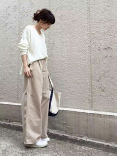 Oversized sweater and linen pants for effortless minimalist yet chic look - Fashion Fashion Mode, Japan Fashion, Look Fashion, Retro Fashion, Korean Fashion, Trendy Fashion, Fashion Tips, Classy Fashion, Fashion 2020