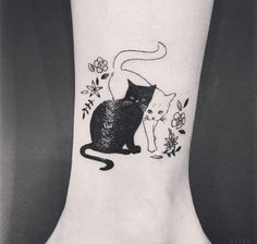 Cute black cat and white cat tattoo on ankle with tiny flowers – Tattooimages.bi… Cute black cat and white cat tattoo on ankle with tiny flowers – Tattooimages. Black Cat Tattoos, Animal Tattoos, Pretty Tattoos, Beautiful Tattoos, Tattoo Chat, Body Art Tattoos, Small Tattoos, Tatoos, Tattoo Ink
