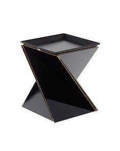 Sgabello Kada, Danese  Kada è un oggetto che grazie alle sue molteplici superfici permette un approccio multiuso. E` un sistema pieghevole composto da una seduta, un vassoio e un tavolo. Ha una struttura in legno accoppiato con tessuto tecnico o disponibile con struttura in Petg traslucido accoppiato con tessuto forato. La seduta/vassoio ed il tavolo sono disponibili in metallo verniciato argento o grigio antracite.