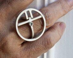 Dieser Ring besteht in Sterling silber und hat 18K Paladium Weissgold Applikationen (Kum boo Tecnic).   Die Diamant (1.7 mm, weiß, VS) befindet sich in einem weißen Goldes-Streifen (3 mm breit) und der Ring ist 14 mm (0, 55 In) Breite    Mein Schmuck ist von mir handgefertigt, also wenn Sie nur den Ring in anderen Mesures oder andere Materialien haben möchten kontaktieren Sie mich.    Die Größe ist 62EU (10US) aber ich kann es in jeder Größe, die Sie wollen, nur eine Nachricht hinterlassen…