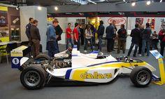 """La Dallara viene fondata dall'attuale Presidente, l'ing. Gian Paolo Dallara, il quale, dopo aver lavorato in Ferrari, Maserati, Lamborghini e De Tomaso, vuole continuare a coltivare il suo sogno di lavorare nel mondo delle vetture da competizione e, nel suo paese natale di Varano de Melegari (Parma), dà vita nel 1972 alla """"Dallara automobili da competizione""""."""