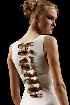 Valentino - Spring 2012 - white bow back dress Diy Clothing, Sewing Clothes, Clothing Patterns, Dress Patterns, Sewing Patterns, Sewing Hacks, Sewing Tutorials, Fashion Details, Diy Fashion