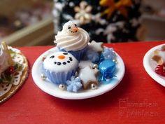 Paris Miniatures: A closer look at the new Christmas miniatures / Les miniatures de Noêl Miniature Crafts, Miniature Christmas, Miniature Food, Miniature Dolls, Snowman Cupcakes, Christmas Cupcakes, Ladybug Cupcakes, Kitty Cupcakes, Giant Cupcakes