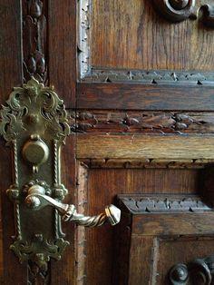 Hardware Old Door Knobs, Door Knobs And Knockers, Knobs And Handles, Door Handles, Door Latches, Unique Front Doors, Front Door Decor, Door Detail, Windows And Doors