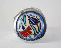 Lale Karanfil Desenli İznik Çini Cep Aynası Ceramic Jewelry, Buick Logo, Ceramic Vase, Diy And Crafts, Magnets, Monogram, Mirror, China Painting, Pottery Vase