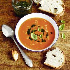 Sonnenreife Tomaten kombiniert mit Gorgonzola, Reis und Basilikumöl - daraus wird ein Lichtblick (nicht nur) für die kalte Jahreszeit.