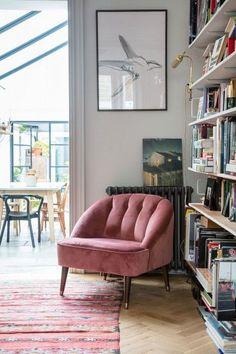 Margot Sessel aus Samt in Altrosa. Bequemer Sessel fürs Wohnzimmer im aktuellen Wohntrend: Sitzgelegenheit mit Samtbezug - ein Hauch von Vintage fürs Zuhause.