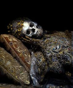 Toby de Silva - Immortal (2012)    Removed from the catacombs of Rome in the 17th century, the relics of 12 martyred saints were attired in the jeweled regalia of the previous period and reinterred in a remote church on the German/Czech border